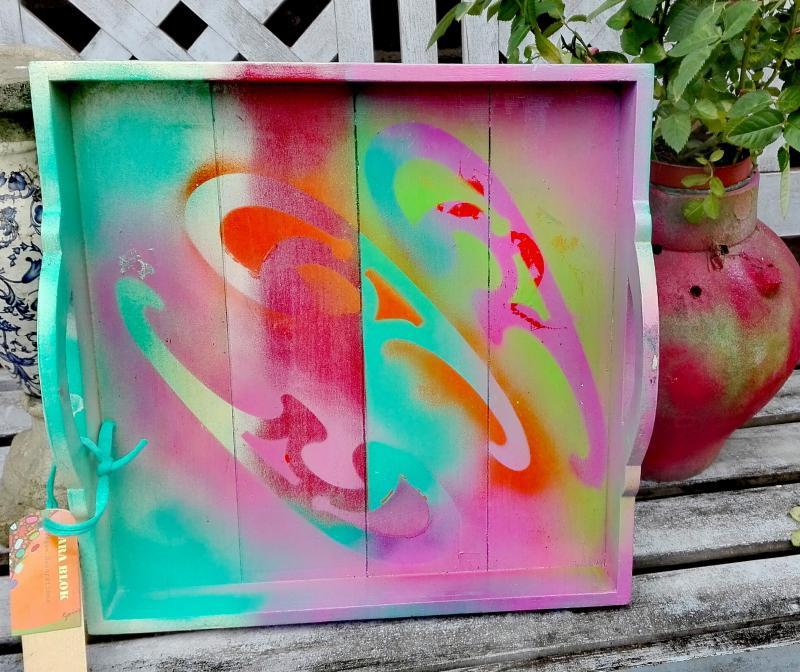 Dienblad 'Psychedelisch'hout ,hand beschilderd in blauw, roze, fuchsia en witte tinten.